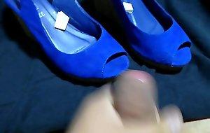 Leche en sus sandalias azules
