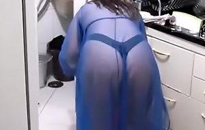 Tia Safada &eacute_ Flagrada na Cozinha Usando Uma Underclothes Transpa