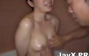 tắm chung với chị gá_i vú_ to