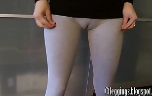 Workout cameltoe at hand Grey leggings.