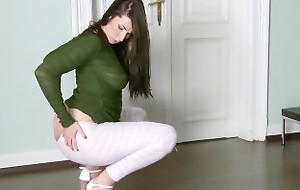 Simmering UK wife shows off the brush big-booty be advantageous to rough doggystyle