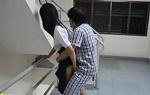 นักเรียนโดนแฟนลากมาเย็ดคาชุดที่บันได