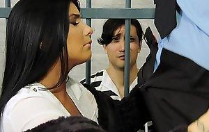 sexnaar.com/sg52y الزوجة تقدم طيزها كفالة لاخراج زوجها الديوث من السجن - المقطع بالكامل