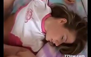 Recibe polla mientras duerme