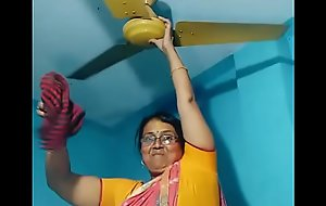 Maid aunty cleansing and showing her big chunky desi hep roughly saree