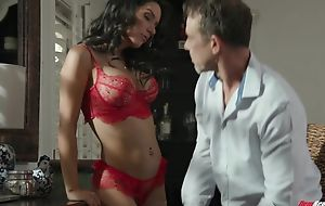 Alien brunette with fake bowels sucks bunch be useful to hard cocks at one's disposal once