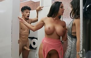 Bambino bonks one horny dark-haired chicks nearby the toilet
