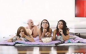 Se coge a su hermana y sus amigas mientras ven una peli. Ver Completo: xnxx exe xxx video D4GUMe