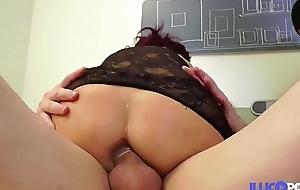 Caro rouquine sexy fan de rub down et de sodomie
