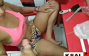Video amador com Ksal hot recebendo o amigo negão em casa para uma putaria
