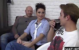 Polskie Mamuśki - Trzech facetów musiało pieprzyć ją przez 40 minut aby ją w pełni zadowolić