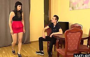 Polskie Mamuśki - Zmuszona do seksu mamuśka głośno jęczy z rozkoszy