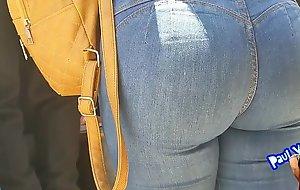 Hermosa culona en jeans turista