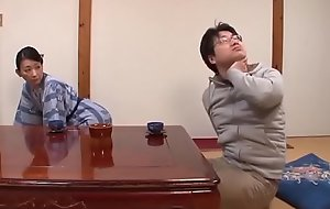 Asiatisch japanische Mutter zeigt ihrem jungen Sohn liebevollen Making love