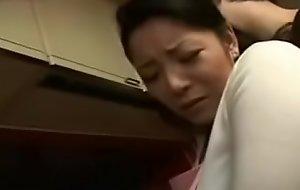 Asiatisch japanische Mutter wird von Sohn in der Kueche gefickt