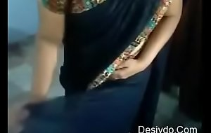 Indian aunty showing how to put on a saree( Desivdo.com )